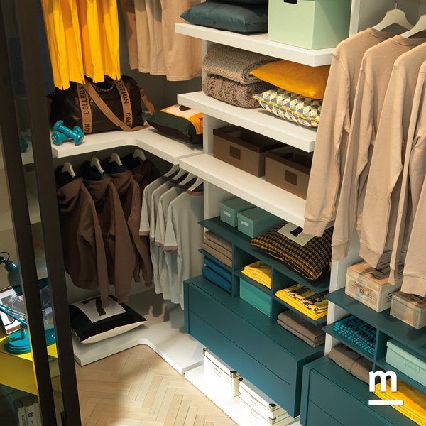 Cabina armadio attrezzata internamente con cassettiere e ripiani angolari e lineari