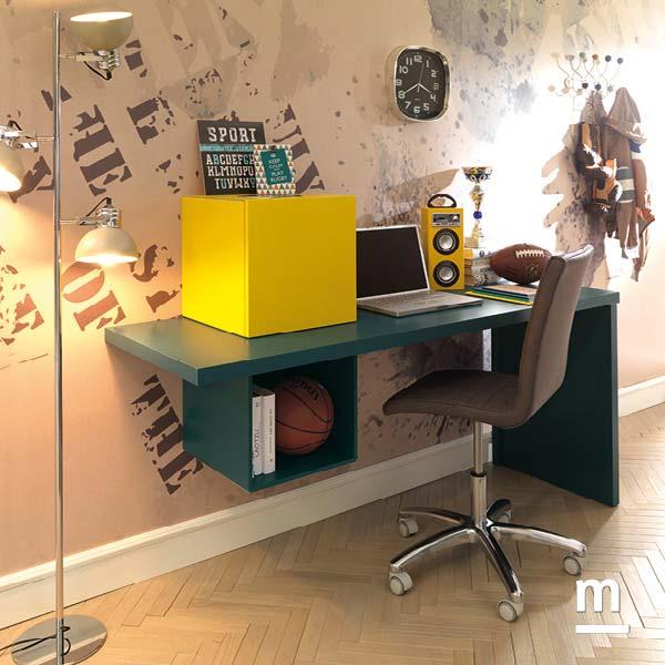 Zona studio con scrivania laccata pavone con Wallbox con vano a giorno e con anta laccato giallo