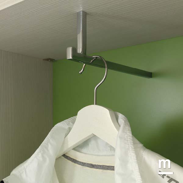 Appendiabito in alluminio su terminale armadio con mensole betulla e schiena laccata flora