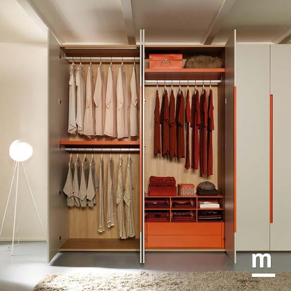 Interno dell'armadio attrezzato con cassettiere, appendiabito e moduli alveare