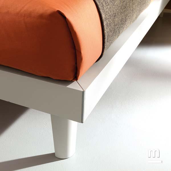 Dettaglio del letto Best con giroletto Slim con profilo in alluminio cromato