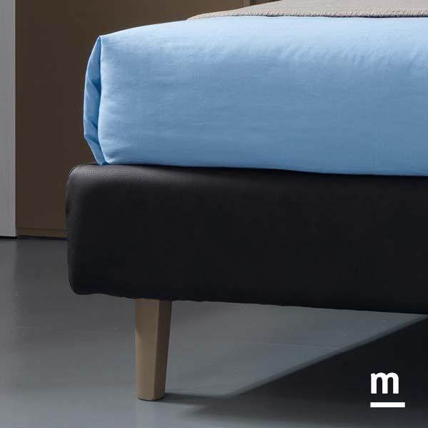 Giroletto Medium imbottito con rivestimento in ecopelle color ruggine e piedino di supporto laccato tabacco