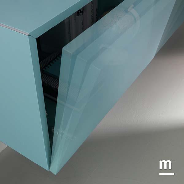 Wallbox con anta push-pull laccata cielo e profilo bordato in alluminio cromato