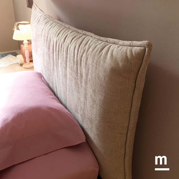 Testata del letto Hug imbottita con rivestimento in tessuto madreperla