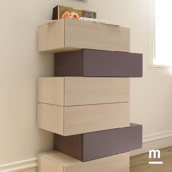 Settimino con 6 cassetti Wallbox sfalsati in essenza larice e laccati mora con profilo in alluminio