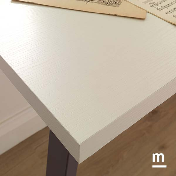 Dettaglio del top della scrivania SR10 in essenza frassino bianco con gambe Tip in metallo laccato mora