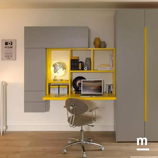 Zona studio con scrivania sospesa e composizione di Wallbox push-pull e libreria Outline senape