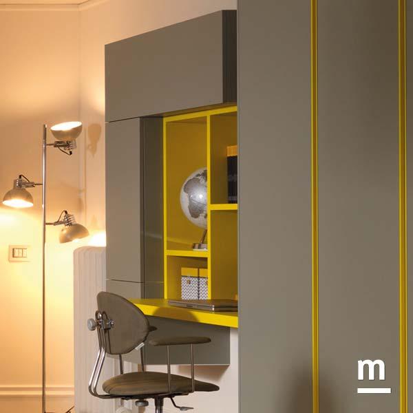 Wallbox sospesi sopra la scrivania con ante vasistas ad apertura push-pull e libreria Outline di diverse larghezze