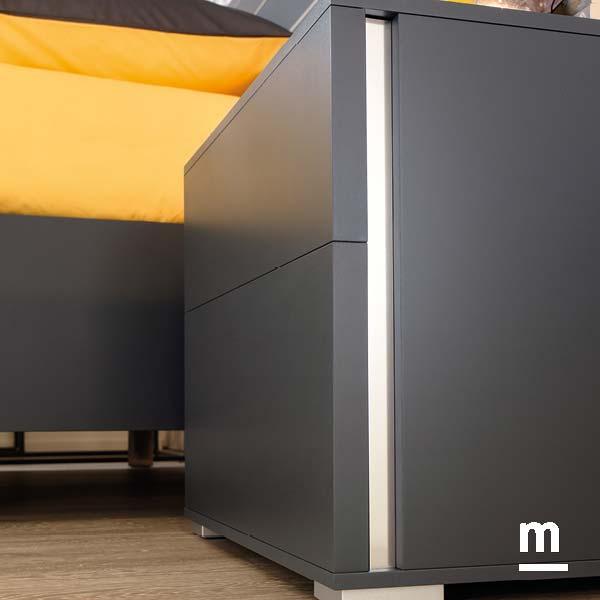 comodino 2 cassetti daily con gola laterale in alluminio laccato grafite con piedini metallici