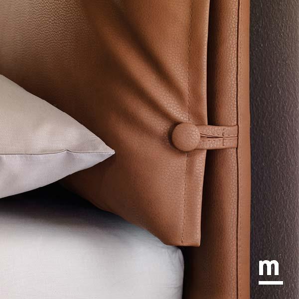 testata del letto ginger imbottita in ecopelle color cuoio con 2 cuscini imbottiti