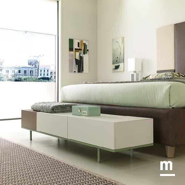panca alla base del letto realizzata con 3 wallbox con ante push-pull su basamento metallico laccato verde flora