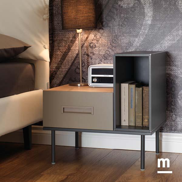 comodino moderno con supporto metallico composto da 2 wallbox con vano a giorno e con cassetto
