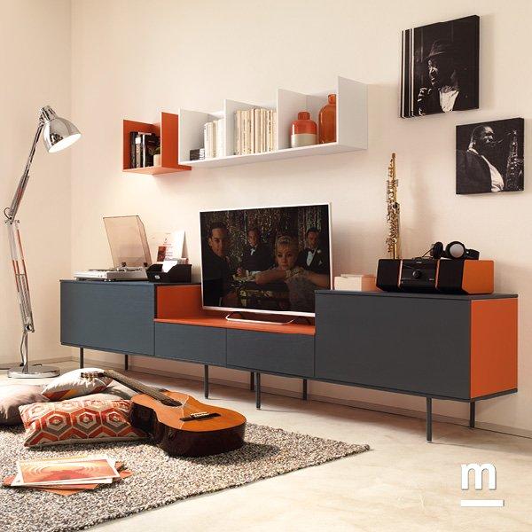madia moderna da soggiorno con supporti metallici e wallbox laccati mattone e grigio grafite
