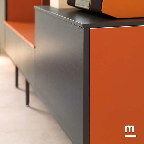 dettaglio di un wallbox laccato mattone e grafite con rifinitura in metallo cromato con top superiore