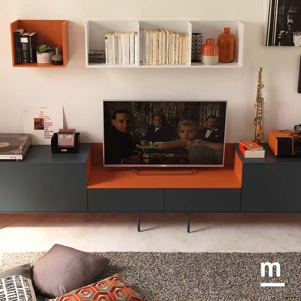 madia da soggiorno con supporto metallico e cubibox laccati bianco e mattone