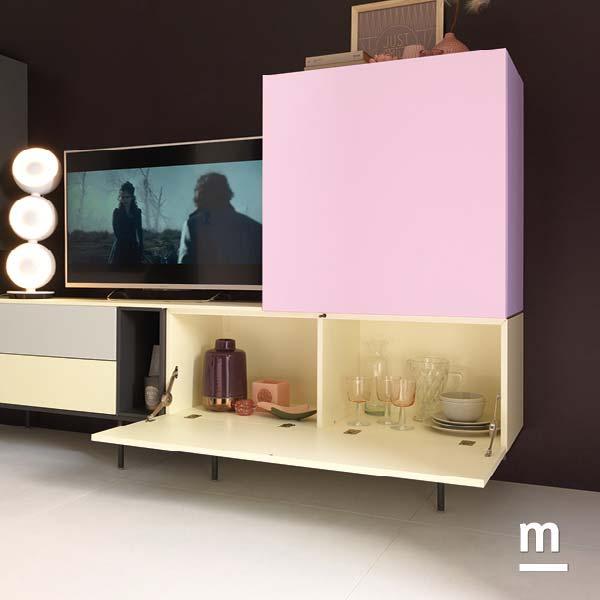 composizione soggiorno con wallbox rosa e avorio con anta a ribalta e divisore centrale