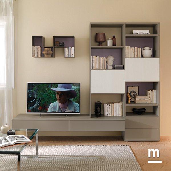 soggiorno lineare dai colori neutri con base tv sospesa e libreria outline e l-box metallici