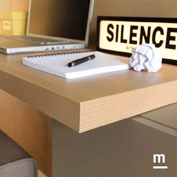 dettaglio del top della scrivania sospesa spessore 40 mm in essenza olmo