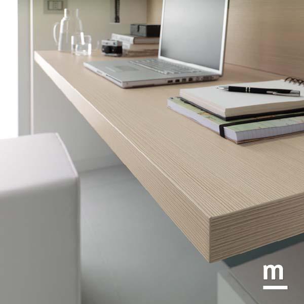 top scrivania sospesa 40mm in essenza larice per la postazione da lavoro in soggiorno