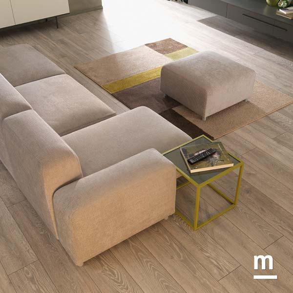 divano move da soggiorno in tessuto con tavolino laccato verde oliva e ripiano in vetro