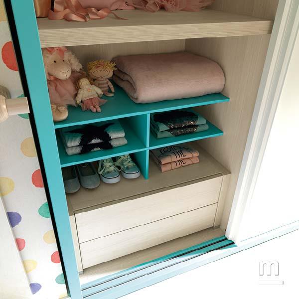 Interno dell'armadio scorrevole attrezzato con ripiani, moduli alveare e cassettiera con 2 cassetti