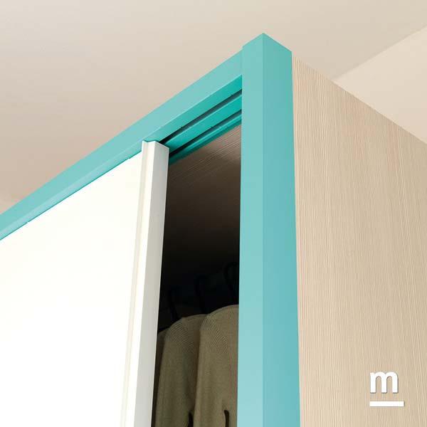 Dettaglio della cornice dell'armadio Slider Frame in metallo laccato color turchese