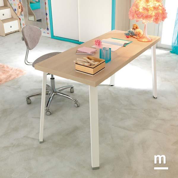 Zona studio con scrivania SR10 in essenza larice con top spessore 40 mm e gambe in metallo bianco