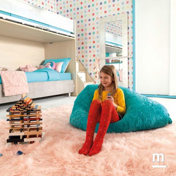 Zona relax in cameretta con pouf e tappeto