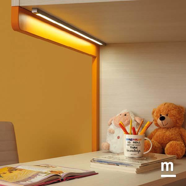 Illuminazione a led sottoponte per la zona studio e la scrivania a penisola