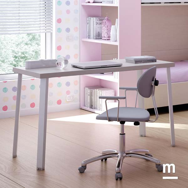 zona-studio-scrivania-sedia Zona studio attrezzata con scrivania e sedia Flap imbottita con ruote e braccioli