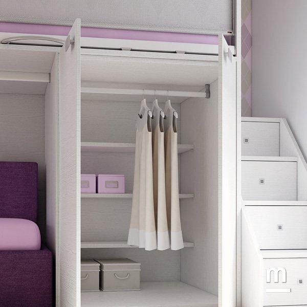 Mini cabina armadio sotto il letto superiore del soppalco attrezzata con ripiani e appendiabito