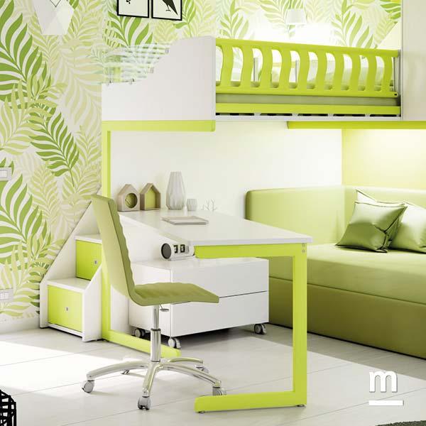 Zona studio con scrivania a penisola attrezzata con sedia imbottita Diva in ecopelle e cassettiera su ruote