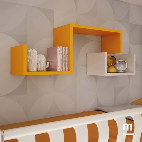 Libreria sospesa decorativa Dedalo mandarino e bianco sopra il letto superiore