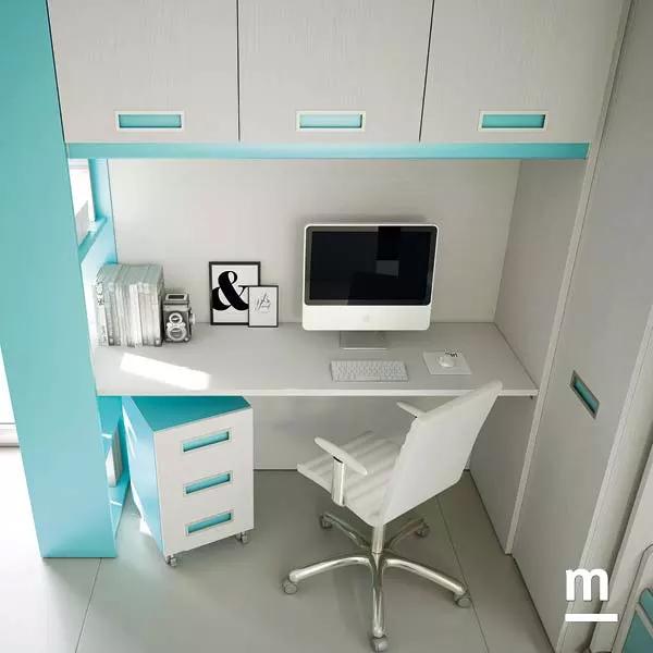 Zona studio sottoponte attrezzata con scrivania, sedia imbottita e cassettiera 3 cassetti su ruote