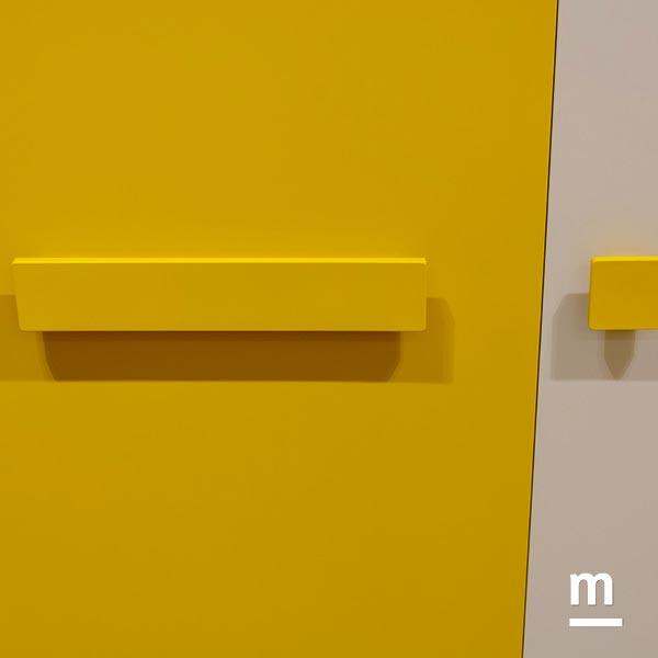 Dettaglio delle maniglie dell'armadio Colors laccate giallo senape
