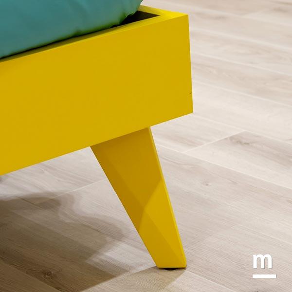 Dettaglio del giroletto Slim laccato giallo con piedini di supporto Queen laccati giallo