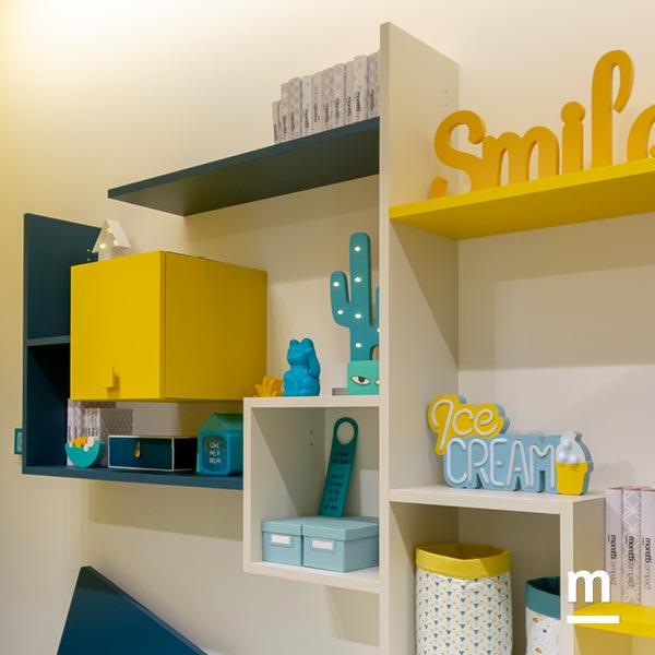 Libreria sospesa Flexa laccata blu e gialla con Wallbox gialli