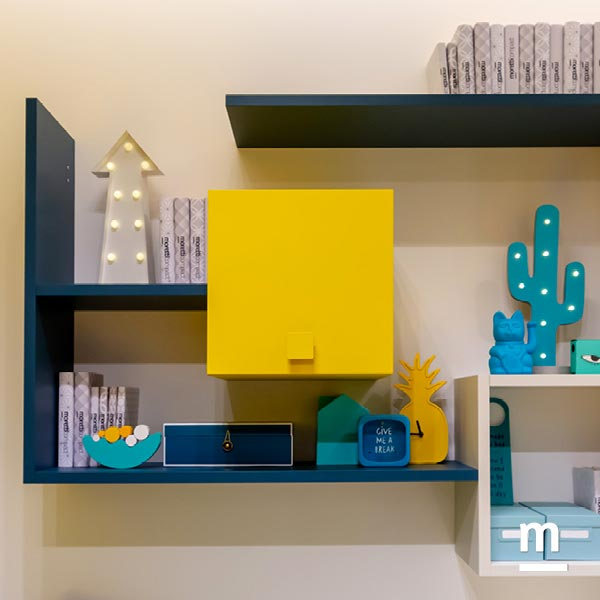 Libreria Flexa con inserto di Wallbox laccati giallo con anta basculante