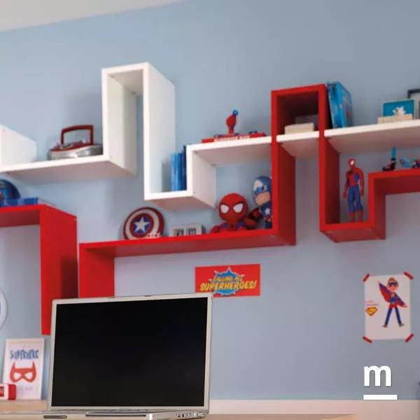 Libreria sospesa a parete Dedalo rossa e bianca con giochi di incastri e geometrie