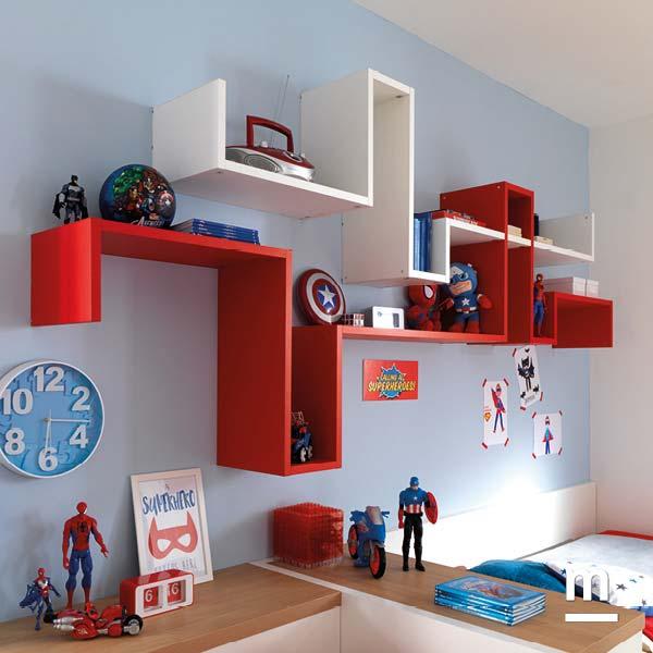 Libreria componibile Dedalo laccata rossa e bianca sospesa a parete con supporti in metallo