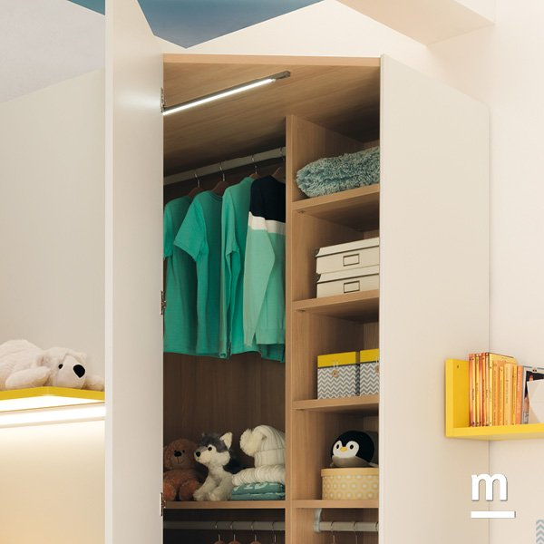 Interno della cabina armadio Wide con ripiani, cassetti e illuminazione led