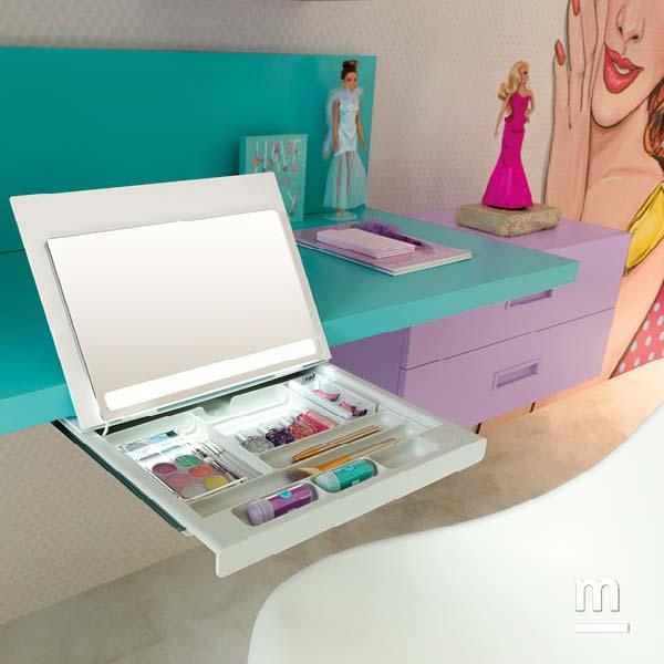 Postazione makeup in cameretta con porta trucco estraibile posto sotto la scrivania