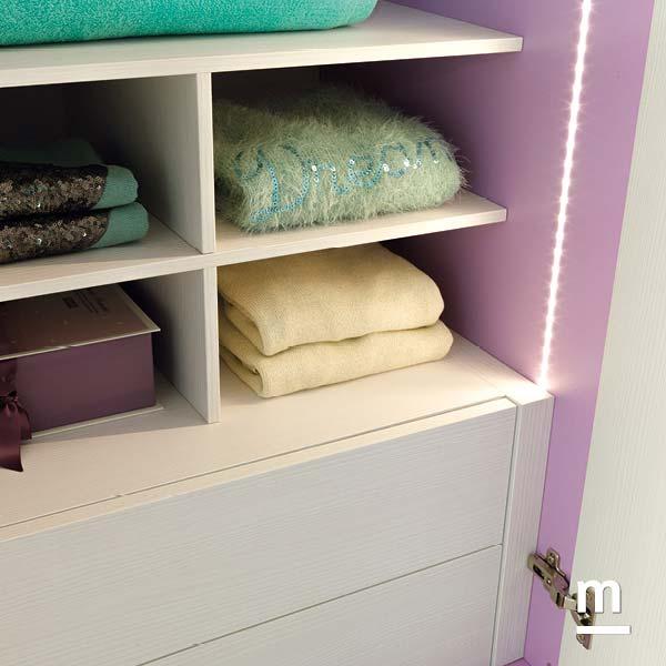 Interno dell'armadio con illuminazione a led e cassettiera interna con apertura push-pull senza maniglie