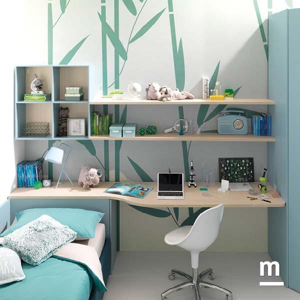 Angolo studio in cameretta con scrivania sospesa, libreria a parete e mensole