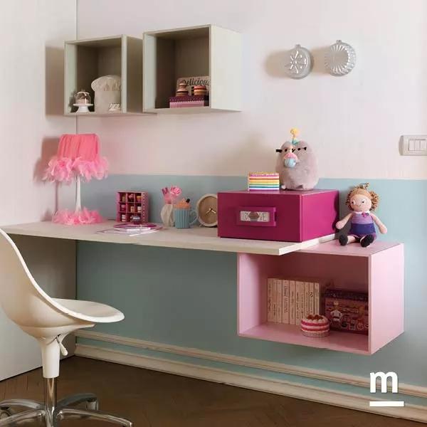 Zona studio con scrivania sospesa e Wallbox con vano a giorno e cassetti