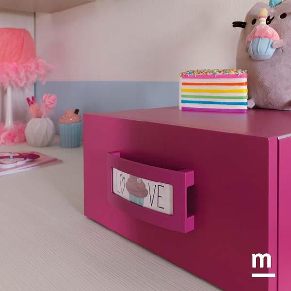 Wallbox in appoggio su scrivania con cassetto laccato ciclamino con profilo in alluminio