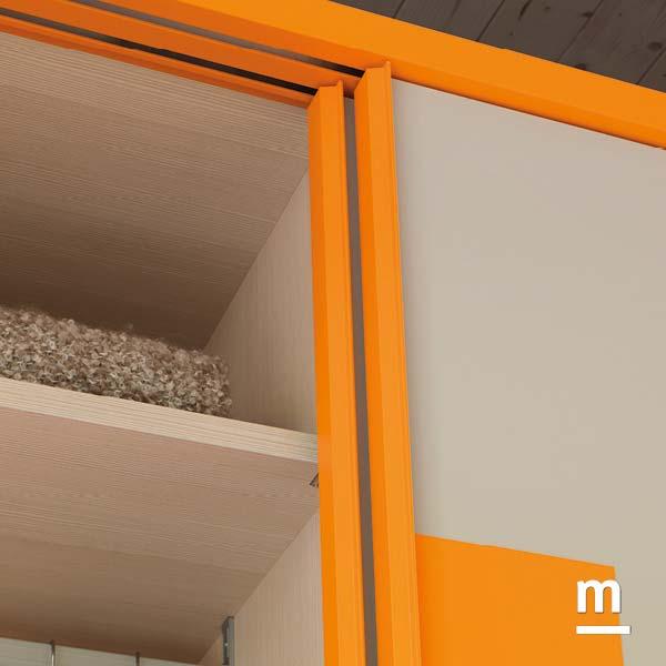 Particolare della cornice dell'armadio scorrevole Frame Wall con laccatura liscia mandarino