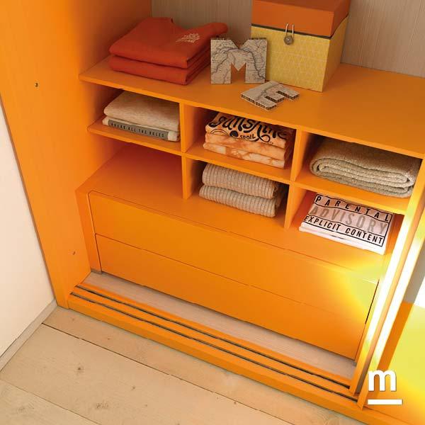 Interno dell'armadio attrezzato con cassetti push-pull e modulo alveare laccati mandarino