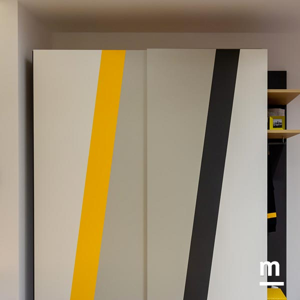 Armadio a 2 ante scorrevoli Ray con inserti laccati giallo senape, corda, grafite