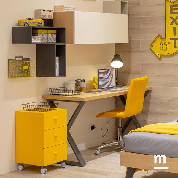 Angolo studio con scrivania e cassettiera su ruote con 3 cassetti laccata giallo